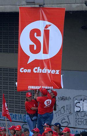 Venezuelan constitutional referendum, 2007 - Chávez supporters hang a pro reform poster