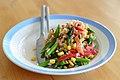Rissalat med asparges, røget laks, rød peber, majs, forårsløg, sukkerærter og chipotle (4500826958).jpg