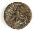 Romerskt bronsmynt, Trajanus ridande kastar spjut mot Dorius, 103-111 - Skoklosters slott - 110682.tif