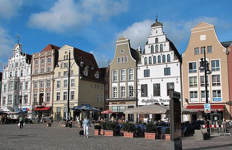 File:Rostock Giebelhäuser Markt.jpg