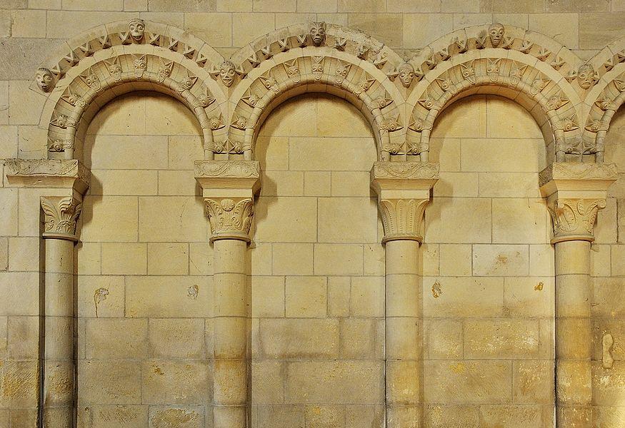 Arcatures avec beakheads dans l'église Saint-Ouen de Rots