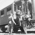 SBB Historic SV 465 02 Bahnhof Dietikon, Demobilmachung, Soldaten beim Einsteigen in einen Militärextrazug.tif