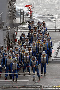 Sailors on board JS Yūgiri, -17 Mar. 2007 b.jpg