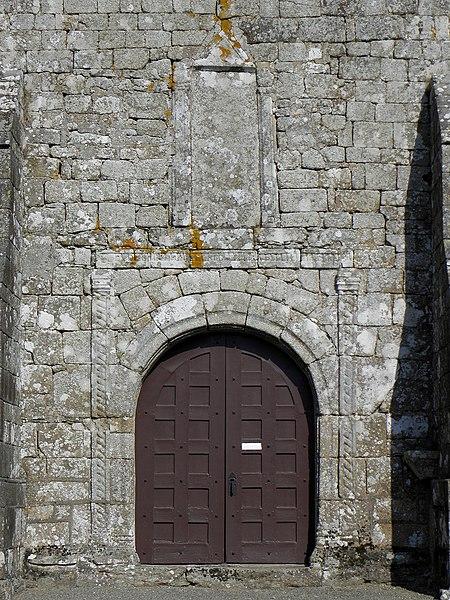 Église Saint-Berthevin de Saint-Berthevin-la-Tannière (53). Portail de la façade occidentale.