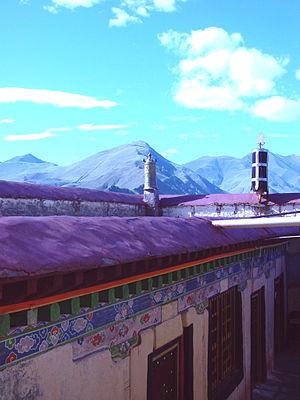 Sanga Monastery - Image: Sanga Monastery roof Dhvarja