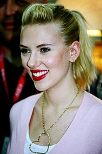 Scarlett Johansson in Kuwait 02 (looking left).jpg