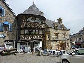 Deux des plus vieilles bâtisses du centre-ville de Saint-Renan, en 2010.