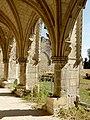 Soissons (02), abbaye Saint-Jean-des-Vignes, cloître gothique, galerie ouest, vue sur l'une des arcades.jpg
