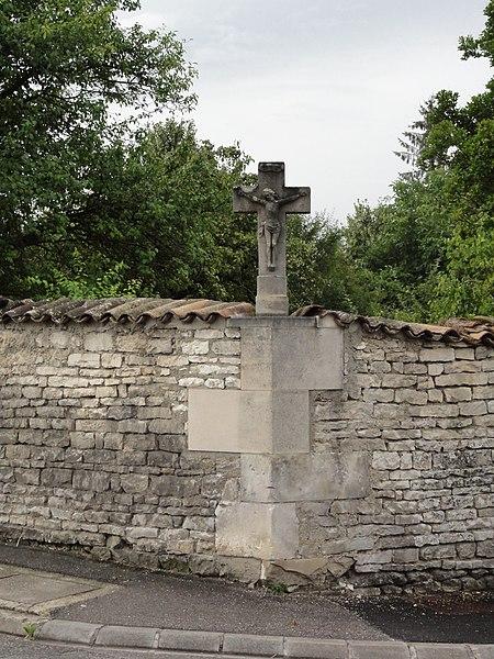 Sorcy-Saint-Martin (Meuse) croix de chemin sur un mur, D10