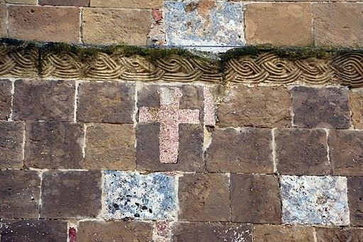 Sovicille, Pieve di Ponte allo Spino, facciata, croce in cocciopesto