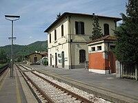 Stazione di Dicomano-Fabbricato viaggiatori lato piazzale del ferro.JPG