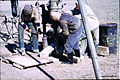Syrien 1961 Tabqa Staudammprojekt Bohrstelle Menschen 0008.jpg