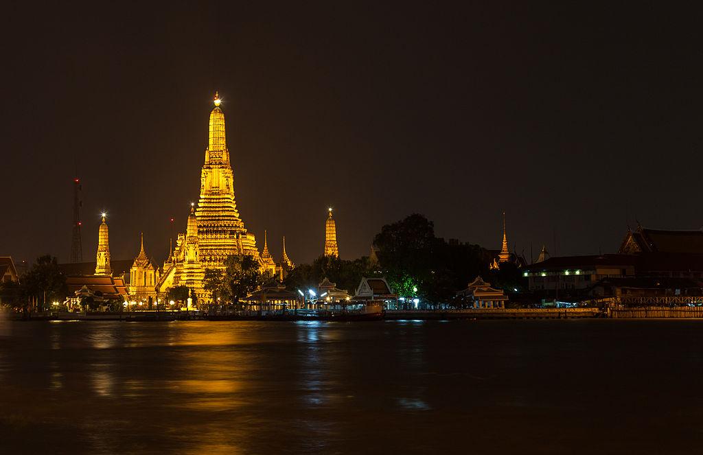 """Temple Arun (Wat signifie """"temple"""") éclairé majestueusement la nuit. Photo de Diego Delso."""