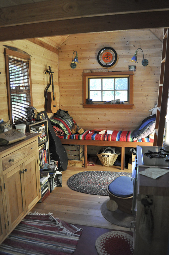 File tiny house interior wikimedia commons for Small cabin interiors photos