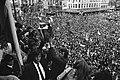 Toegejuicht door een enorme menigte heffen Cruijff, Van Dijk en Suurbier de beke, Bestanddeelnr 924-6158.jpg