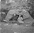 Twee zusjes voor een tent, Bestanddeelnr 191-0819.jpg