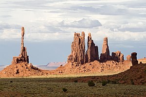 Totem Pole (Monument Valley) - Totem Pole on the left near Yel-Bichel
