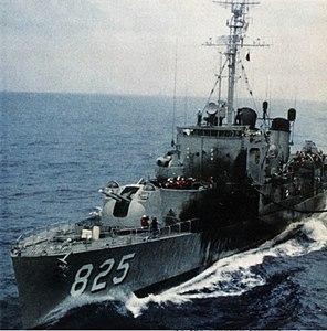 USS Carpenter (DD-825) refueling in 1962.jpg