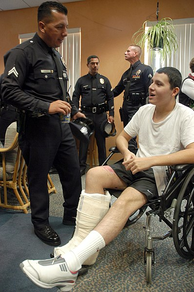 File:US Navy 051206-N-6843I-090 An injured Marine speaks with a Los Angeles Police Department (LAPD) officer during a visit to Naval Medical Center San Diego (NMCSD).jpg