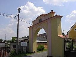 Brána do Kozinova statku v Újezdě.