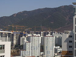 http://upload.wikimedia.org/wikipedia/commons/thumb/d/d5/UnderConstruction-Apt.jpg/250px-UnderConstruction-Apt.jpg