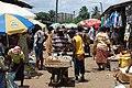 Vendeur ambulant d'oignons dans un marché.jpg