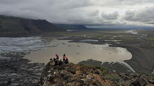 The Skaftafellsheiði plateau provides a picturesque view on Skaftafellsjökull, a glacier terminus of the Vatnajökull, the adjacent glacier lake below, and River Skeiðará originating from it.