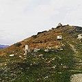 """Vista dalla distanza della strada in salita per arrivare al sito archeologico """"Torre di Satriano"""" (Tito - Basilicata).jpg"""