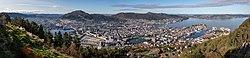 Vista de Bergen desde la montaña Fløyen, Noruega, 2019-09-08, DD 27-31 PAN.jpg