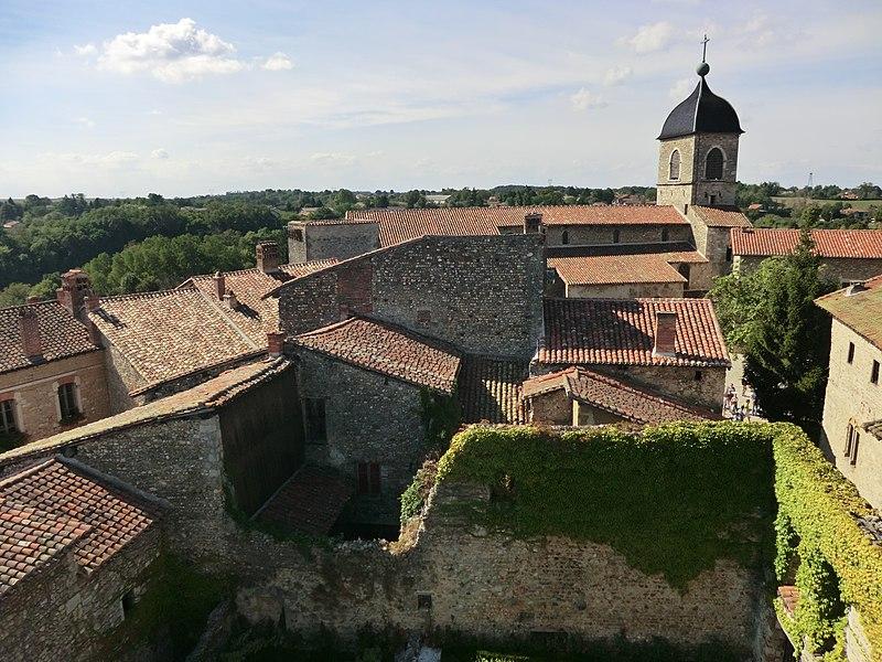 Vue de l'église-forteresse de Pérouges depuis la tour de guet; au premier plan en bas: l'hortolus du musée de Pérouges.