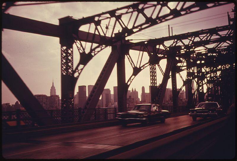 File:WILLIAMSBURG BRIDGE IN NEW YORK CITY FACING TOWARDS MANHATTAN. THIS IS ONE OF THE GREAT BRIDGES THAT CONNECT BROOKLYN... - NARA - 555933.jpg