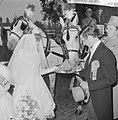 Wereld Dierendag 1964 , een rijtuigje met echt bruidspaar reed in de stoet, brui, Bestanddeelnr 916-9714.jpg