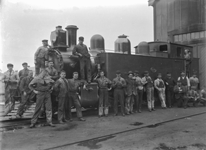 Wf class steam locomotive, NZR number 386, and railway workers ATLIB 209463.png
