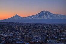 Ya vienen los Reyes Magos por las montañas Armenia. 220px-Yerevan_Armenia_with_the_backdrop_of_Mount_Ararat