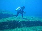 Un plongeur visitant le monument immergé