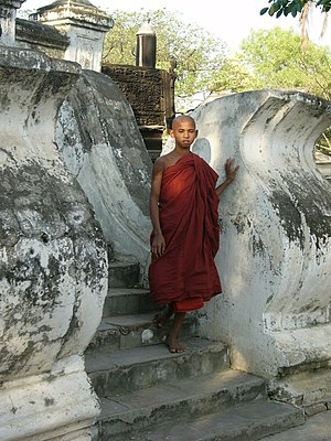 English: Young monk in front of the Bagaya Kya...