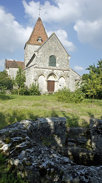Vue de l'église et du baptistère d'Ormes depuis l'ouest.