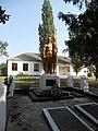 Братська могила радянських воїнів та пам'ятний знак воїнам-землякам. Поховано 71 воїна, 1944 р.jpg