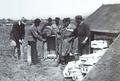 1916 - Pregatirea bombelor de aviatie.png