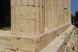 Las columnas estriadas cónicas, construidas en tambores, descansan directamente sobre el estilobato .