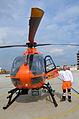 2014-04-12 (11) Der diensthabende Rettungsassistent Justin Bender von der Johanniter-Unfall-Hilfe neben der Luftrettungsstation Christoph 4 auf dem Landeplatz Medizinische Hochschule Hannover.jpg