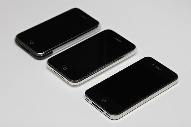 Слева направо: оригинальный iPhone, iPhone 3G, iPhone 4