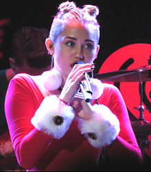 Cyrus apresentando-se durante o Jingle Ball de 2013.