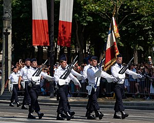 Évreux-Fauville Air Base - Colour guard for the flag of Air Base 105 during the 14 July parade in Paris, 2013
