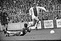 Ajax tegen Haarlem 4-0. Vasovic (op de grond) kopte bal in langs keeper Paternot, Bestanddeelnr 922-8103.jpg