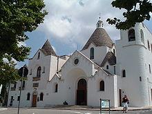 Chiesa di S. Antonio ad Alberobello, costruita nel XX secolo da uno degli ultimi mastri trullari ancora attivi nella cittadina. È definita
