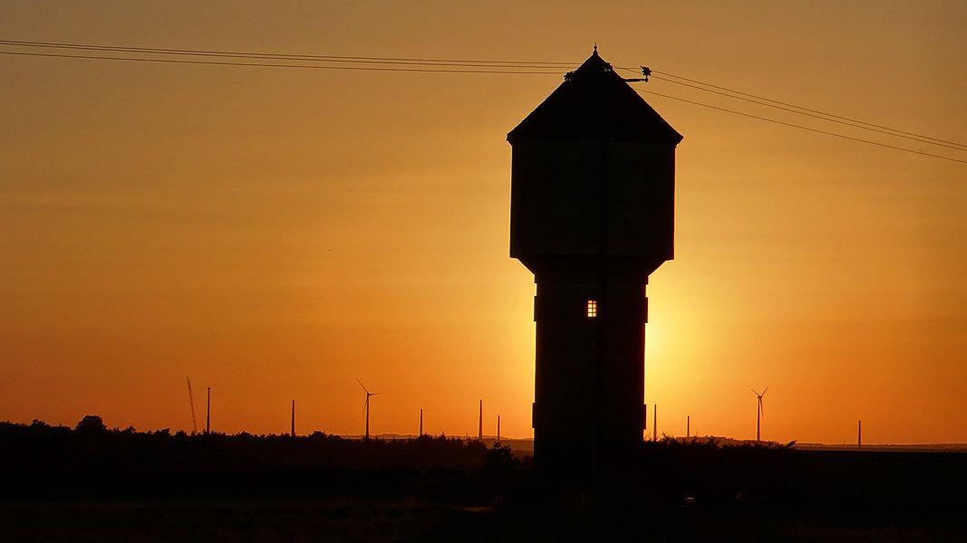 Château d'eau d'Annoux au coucher du soleil