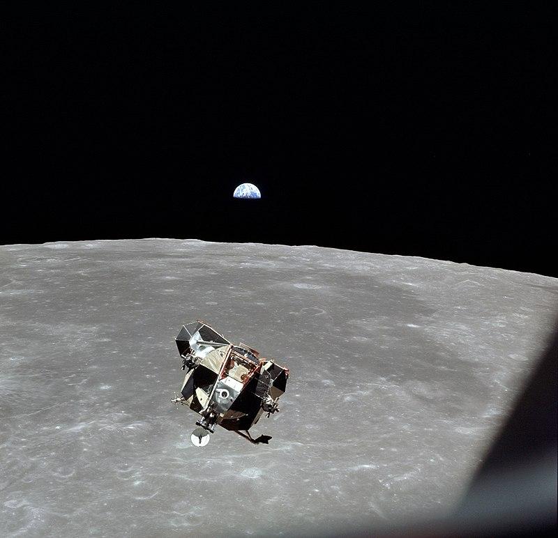 ยานอีเกิลขณะกลับขึ้นมาจากพื้นผิวดวงจันทร์ และกำลังทำการเชื่อมต่อยานโคลัมเบีย ภาพโดย NASA