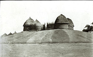 Kodok - Aturwic, the homestead mound of the Shilluk king at Pachodo (Fashoda) with his four huts built on top. Photo by Charles Gabriel Seligman