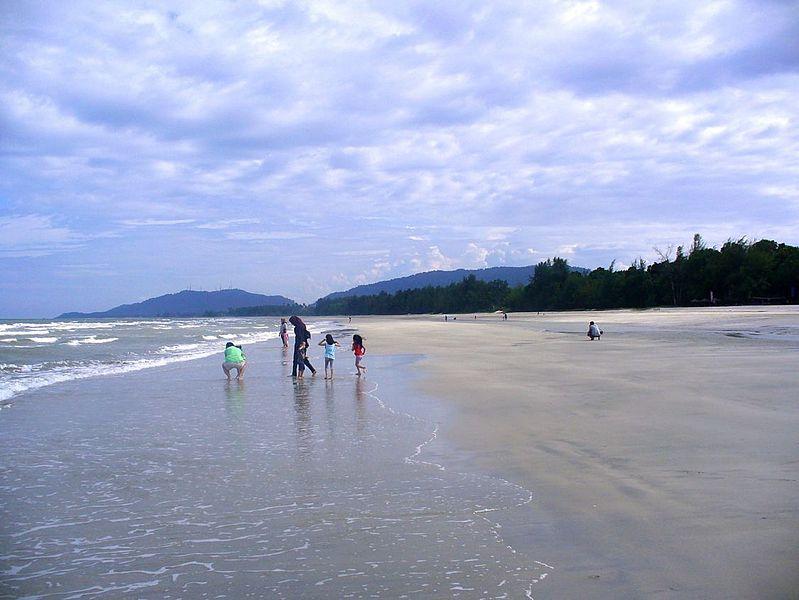 File:Balok beach Kuantan.jpg